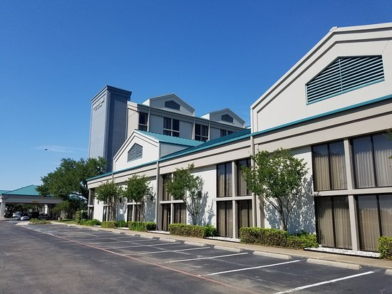 DoubleTree DFW Airport North: Exterior