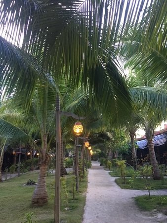 Scuba Junkie Mabul Beach Resort: Pathway from the beach to the main building
