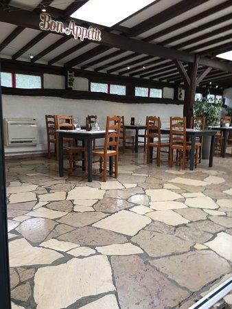 Restaurant Le Thou: Salle intérieure ouverte sur la terrasse