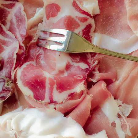 Cortemaggiore, Italy: Tagliere di salumi con salse , gnocco fritto, polenta fritta e formaggi .