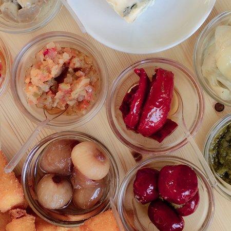 Cortemaggiore, Italie : Tagliere di salumi con salse , gnocco fritto, polenta fritta e formaggi .