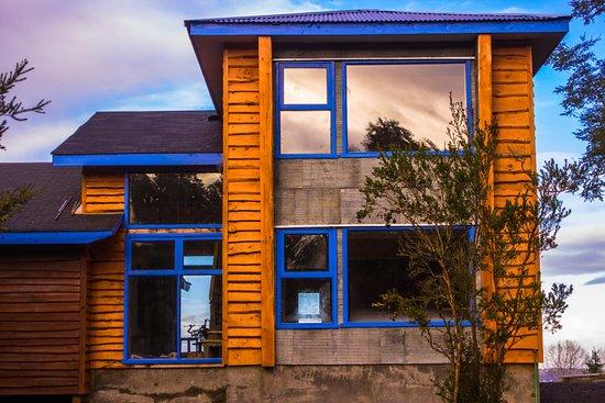 Hostal Casa Bosque : Otra vista exterior del hostal