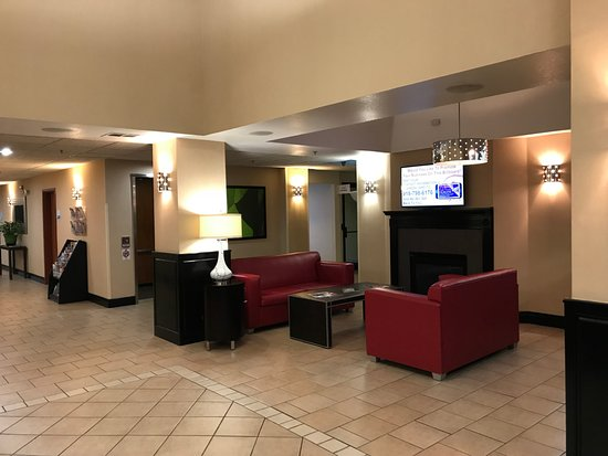 Holiday Inn Express Suites Vinita: Lobby seating & TV