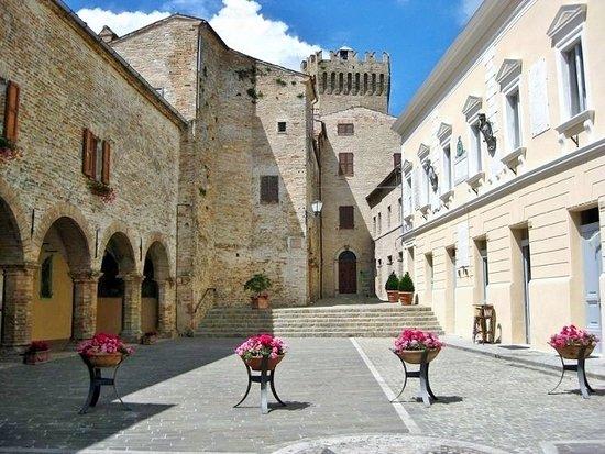 Moresco, Italy: La piazza col Palazzo comunale