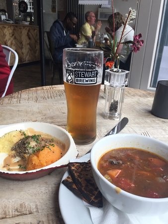 Makars Gourmet Mash Bar: Small plate haggis and mash with soup and a pint!