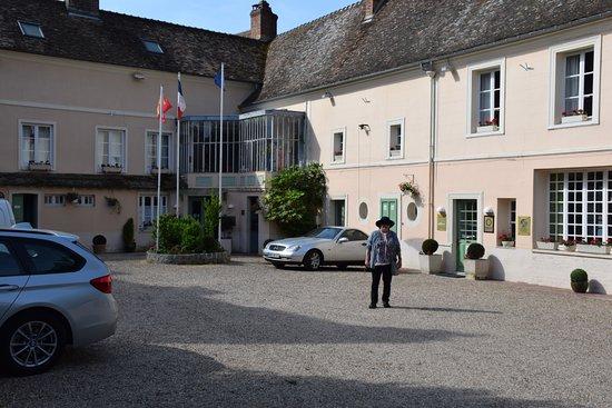 Hotel-Restaurant La Chaine d'Or: courtyard