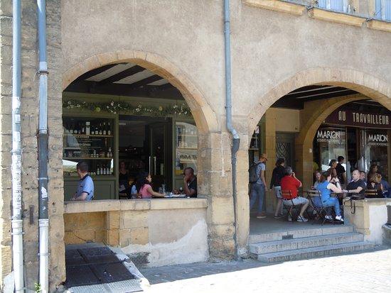 Place Saint-Louis: Les arcades et terrasse