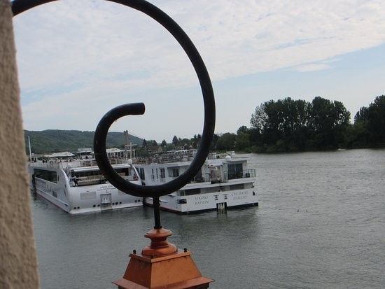 Hotel-Restaurant La Chaine d'Or: 2 river cruise ships docked nearby