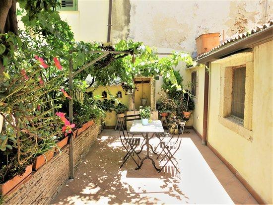 la Casa delle Fate: Ciricò private courtyard