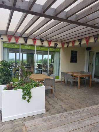 Divots Bar, Grill & Terrace: outside seating