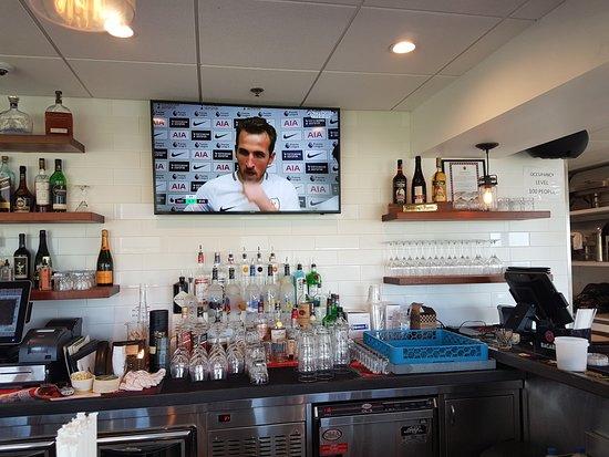 Divots Bar, Grill & Terrace: Bar
