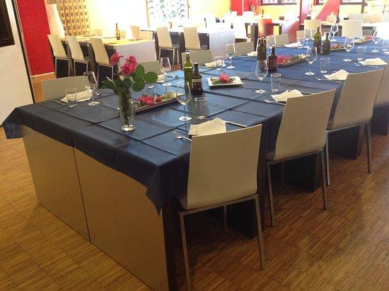 Manerbio, Italie : Lo spazio interno preparato per una cena di lavoro