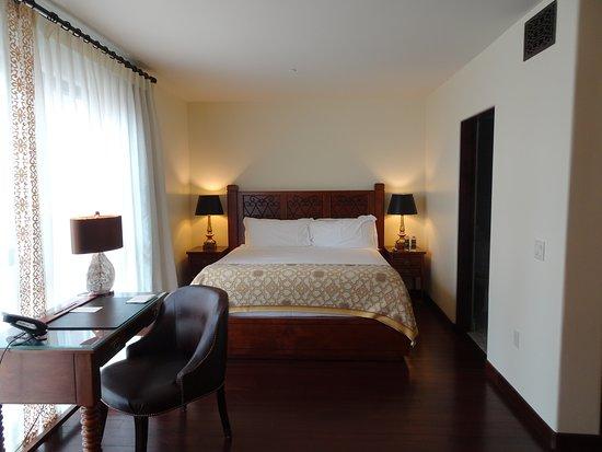 Plaza La Reina: Bed & Desk Area