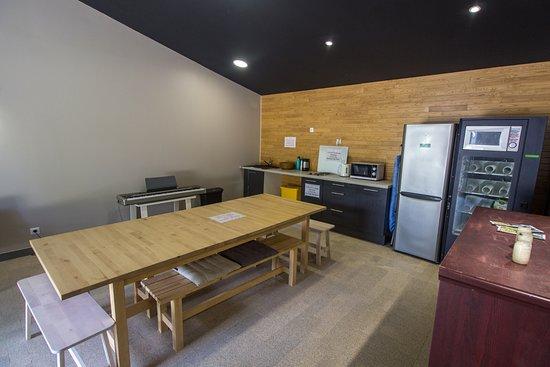 Boulancourt, Frankrike: Salle de convivialité avec cuisine.