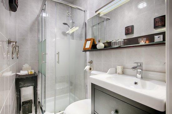 Villa Vis Croatia: Green Room / bathroom