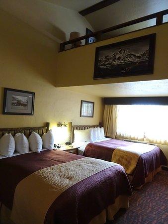Elk Country Inn: Lower level of 3 queen loft room