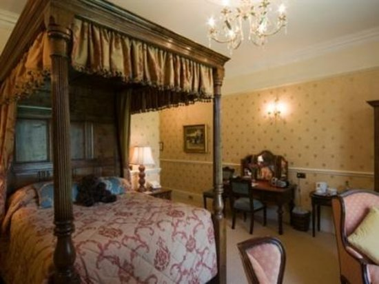 Drayton, UK: My room complete with four poster bed.