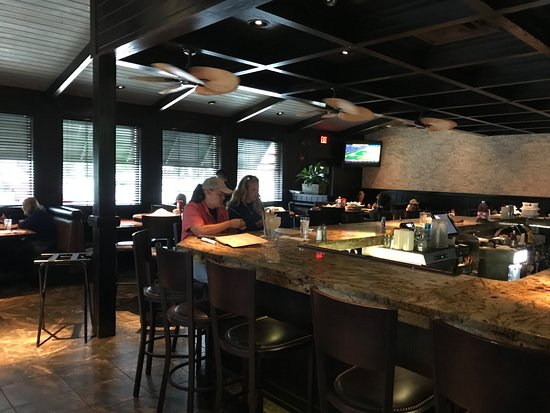 Camden, DE: Cheddar's  Bar Dining Area