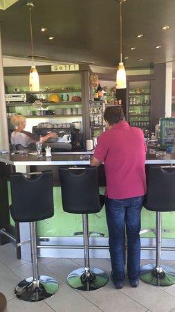 Café Sofa Rosso: Theke im Raucherbereich