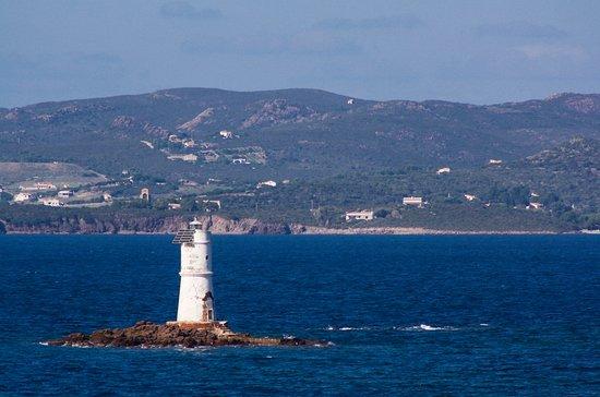 Faro Mangiabarche : Faro di Mangiabarche; sullo sfondo l'isola di S.Pietro.
