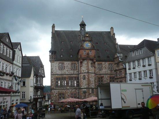 Garten des Gedenkens: Historisches Rathaus mit Marktplatz.