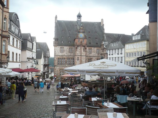 Garten des Gedenkens: Historisches Rathaus mit Marktplatz