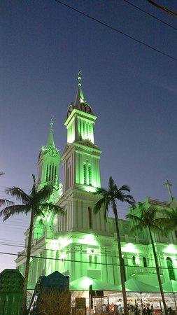 Catedral São João Batista no anoitecer