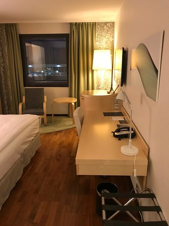 Hilton Helsinki Airport: Work desk and TV in large room
