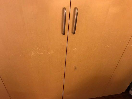 Hilton Helsinki Airport: Heavily scratched dresser.