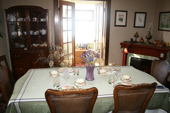 Serendipity Bed & Breakfast & Suites: Dining room