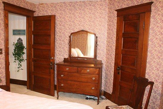 Serendipity Bed & Breakfast & Suites: Iris