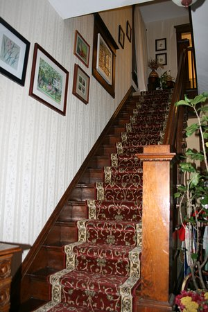 Serendipity Bed & Breakfast & Suites: Main staircase