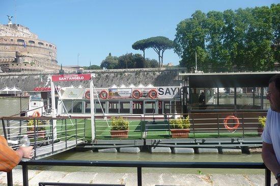 Crucero por el río con paradas libres por Roma y recorrido en autobús opcional: The boat just arriving at Castel SantAngelo