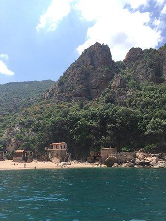 Alpana Excursions en Mer Day Tours: petite plage de pêcheurs