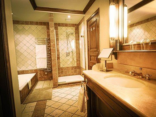 Les Jardins d'Anaïs Hôtel: la salle de bains - chambre bibliothèque