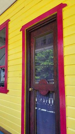 Calipso Bocas Town B&B : nuevos colores en fachada