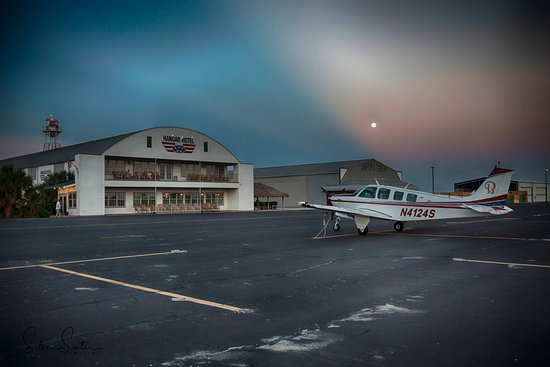 Hangar Hotel: Beechcraft air plane in front of the hotel. Rooms are on the side.