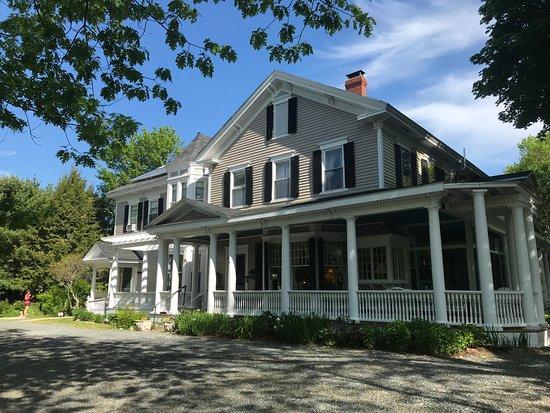Mira Monte Inn: Front of the B&B main house