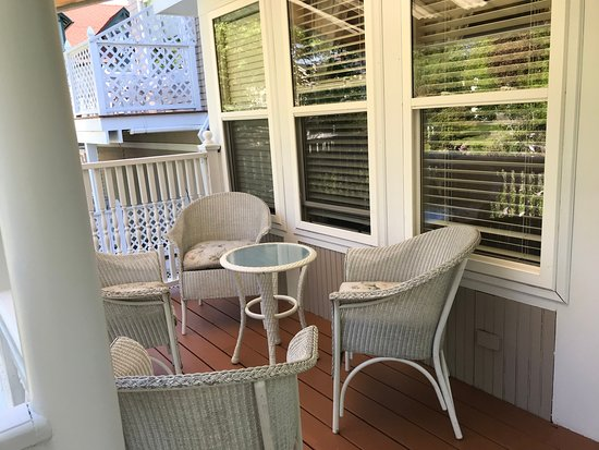 Mira Monte Inn: Private terrace for our 2 room suite
