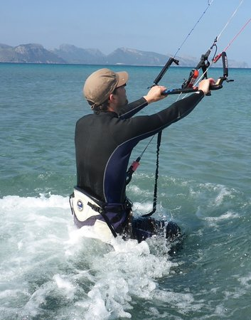 Kitesurfing Club Mallorca: Kitesurfingo klubas Mallorca aitvaras birželio mėnesį su flysurfer aitvarai