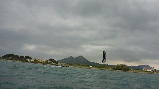 Kitesurfing Club Mallorca: Mallorca kitesurfen schule kitekurs fur kinder in Pollensa in juli