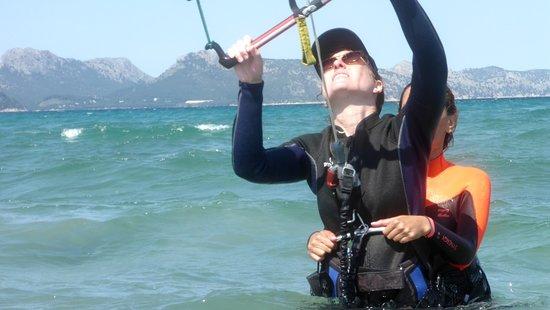 Kitesurfing Club Mallorca: hjelpe hverandre kitesurf skole i Mallorca beste kite kurs i Alcudia i august
