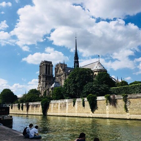 Meurtres à Notre Dame