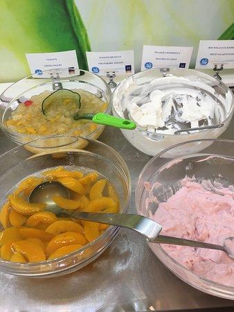 Hotel Korina: Tinned fruit for breakfast...yuk!