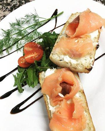 Pane E Pomodoro: bruschetta salmon & mascarpone