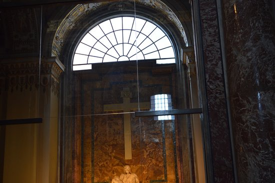 La Pieta: The armoured glass is best seen from this angle