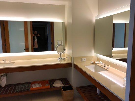 Mauna Kea Beach Hotel, Autograph Collection: Double Sinks