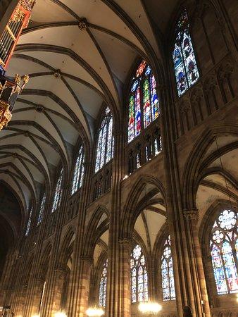 อาสนวิหารน็อทร์-ดามแห่งสทราซบูร์: Numerous beautiful stained glass windows from the 14th century