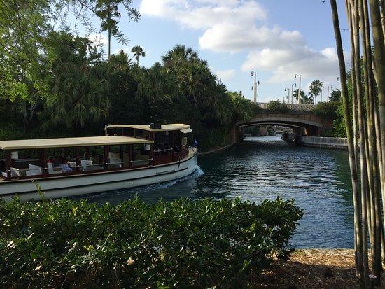 โลวส์รอยัลแปซิฟิกรีสอร์ท แอท ยูนิเวอร์แซล: Take the water taxi to the theme parks!