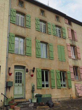 Citadelle de Montmédy: Beautiful and colourful houses.